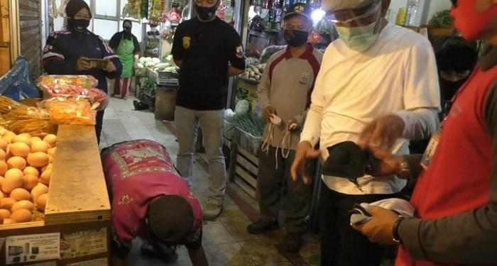 Wali kota Cimahi Ajay M Priatna saat memberi sanksi pada warga yang tak pakai masker. Foto: Saifal