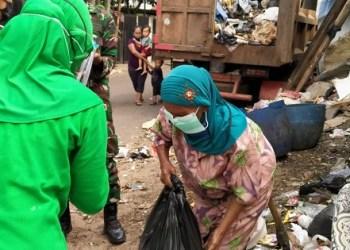 Anggota Brigif 15/Kujang II memberikan bantuan sembako. Foto: Saifal/Islampos