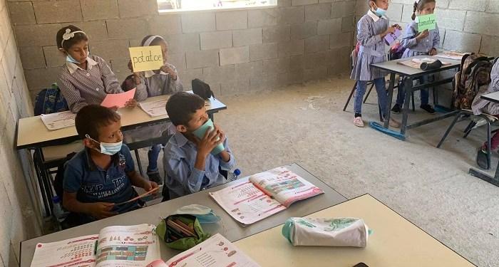 Siswa Palestina saat belajar di kelas sekolah Ras al-Tin, yang terancam dibongkar Israel. Foto: WAFA