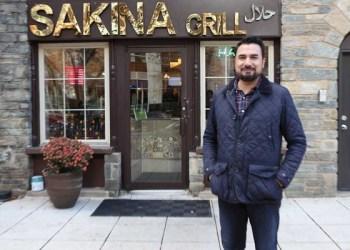 Kazi Mannan di depan Sakina Halal Grill. Foto:  Voice of America