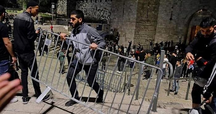 Pemuda Palestina hadang penyerbuan Al Aqsha. Foto: PIC