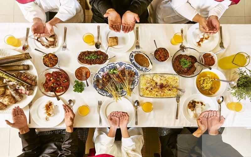makan bersama, kisah mualaf (ilustrasi)