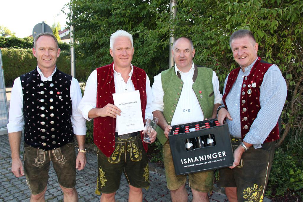 """Das 500. Mitglied der Brauereigenossenschaft Ismaning bekam seine geprägte Urkunde persönlich überreicht - samt eines Träger """"Ismaninger""""."""