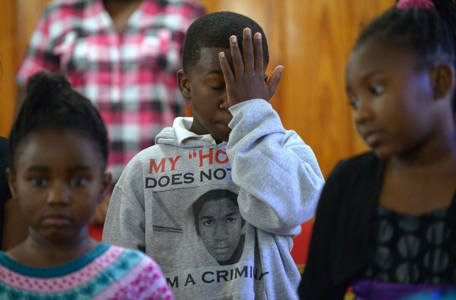 Sam Hill de 11 años, se seca las lágrimas durante un servicio juvenil en la Iglesia Bautista Misionera de San Pablo en Sanford, Florida, el 14 de julio de 2013. Muchos en la congregación llevaban camisas con una foto de Martin. Fotografía: Phelan M. Ebenhack/AP Photo
