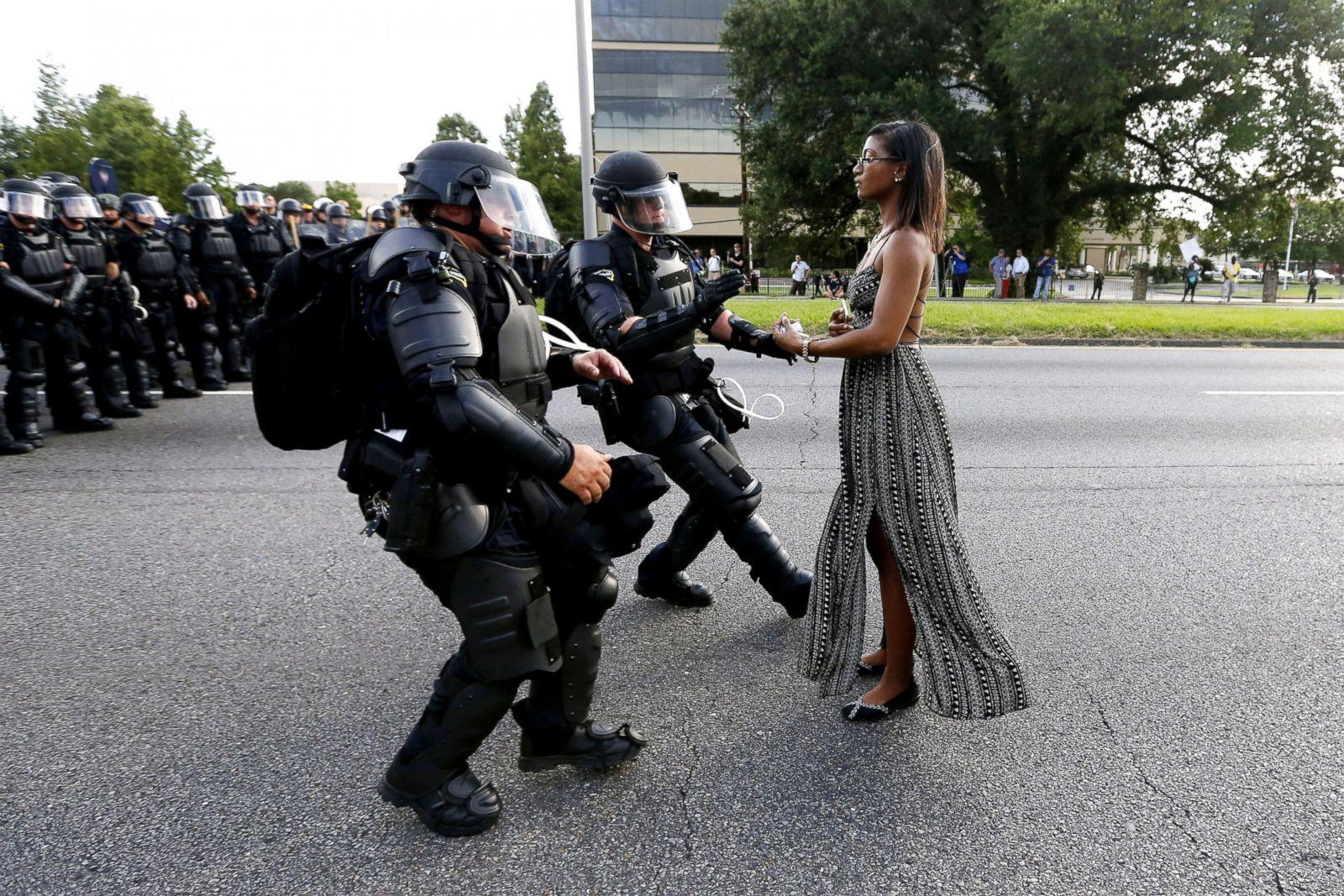 Ieshia Evans es detenida por las fuerzas del orden en Baton Rouge, Luisiana, el 9 de julio de 2016, durante una manifestación tras el asesinato de Alton Sterling. Fotografía: Jonathan Bachman/Reuters