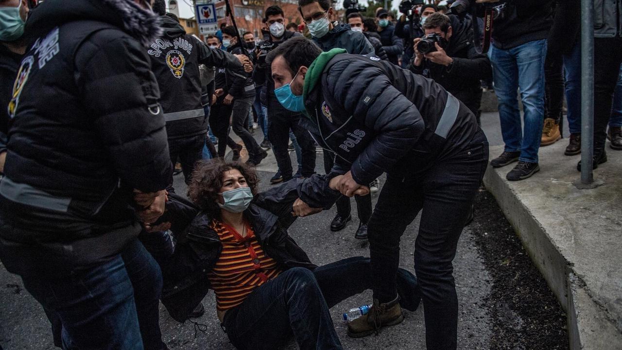 """Turquía: Por """"incitación al odio"""" detienen a estudiantes que manifestaban a favor de los derechos LGBTIQ+"""