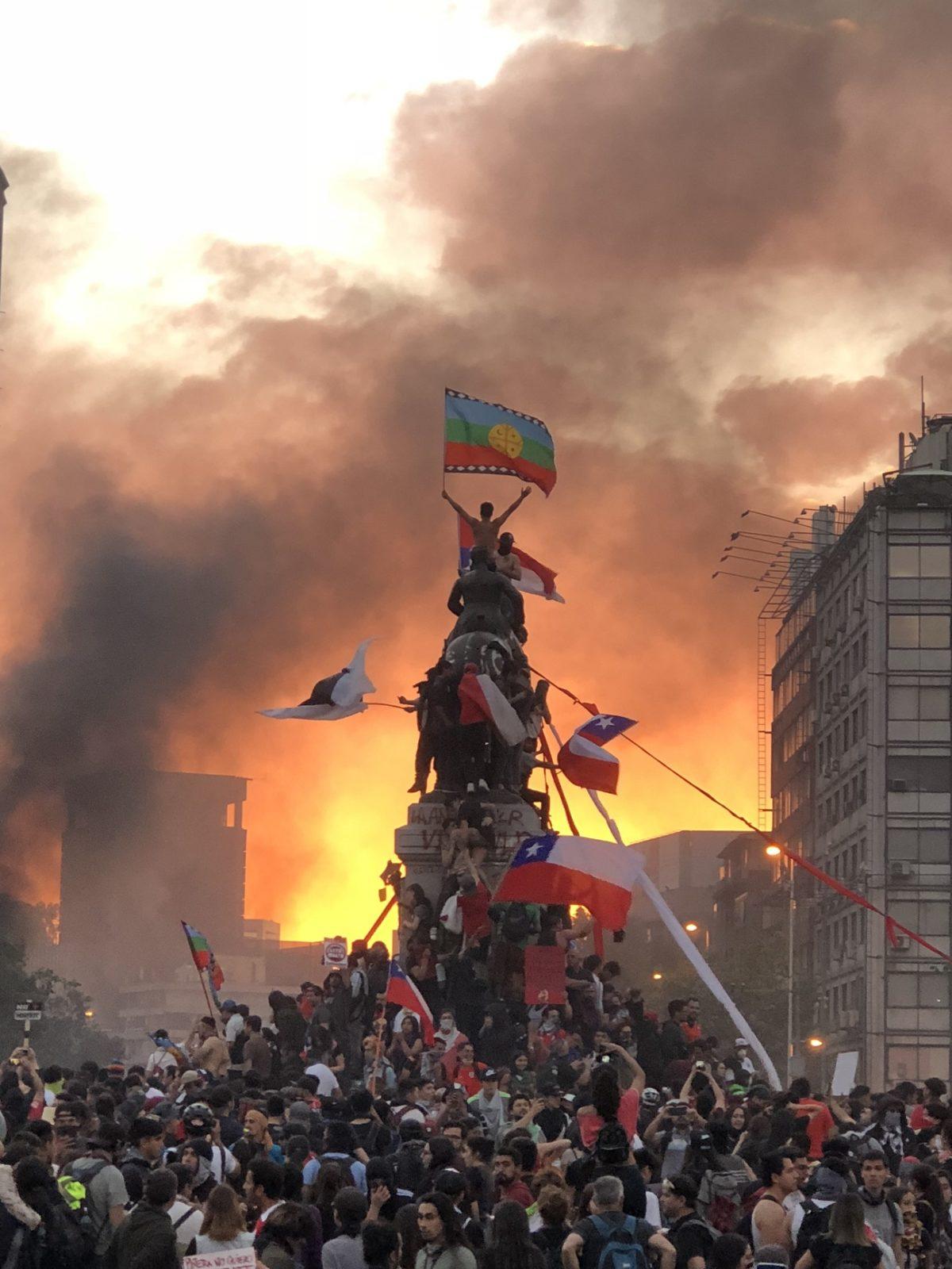 Chile: Retiran la emblemática estatua de las protestas de la Plaza de la Dignidad