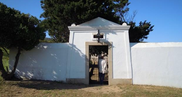 Il piccolo cimitero di Cala d'Oliva ove, tra gli altri, riposa Francesco Massidda.