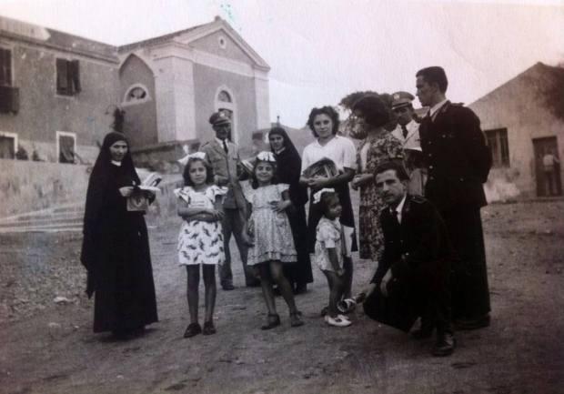 Alcuni componenti della Fam. Schirru ripresi nella Piazzetta di Cala d'Oliva nel 1947