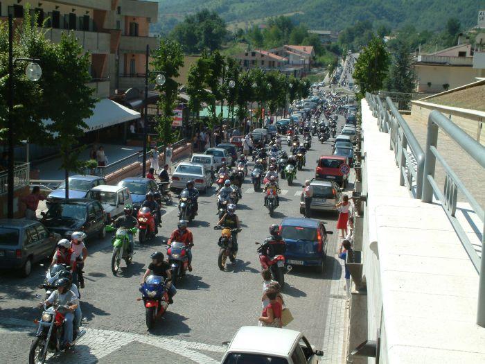 Sfilata delle moto lungo il viale per San Gabriele
