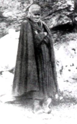 Fra' Nicola fotografato davanti al suo eremo