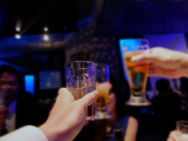 お客さんよりも低い位置でグラスの乾杯をする