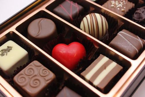 男性社員が多い場合は箱詰めで義理チョコを