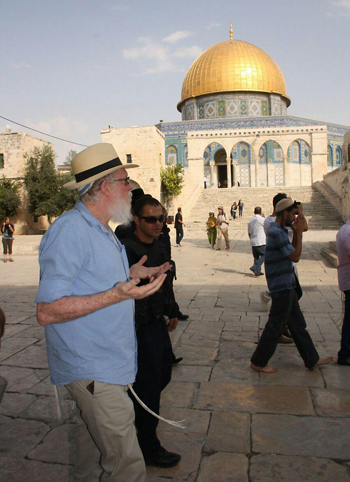 Yehuda Etzion raises hands on the Temple Mount