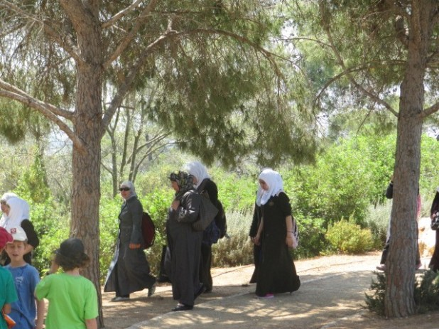 Ramat Hanadiv - Moslim Schoolgirls