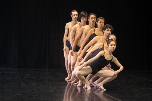 Сцена из балета FLAT. Фото: Асаф Алкалаи