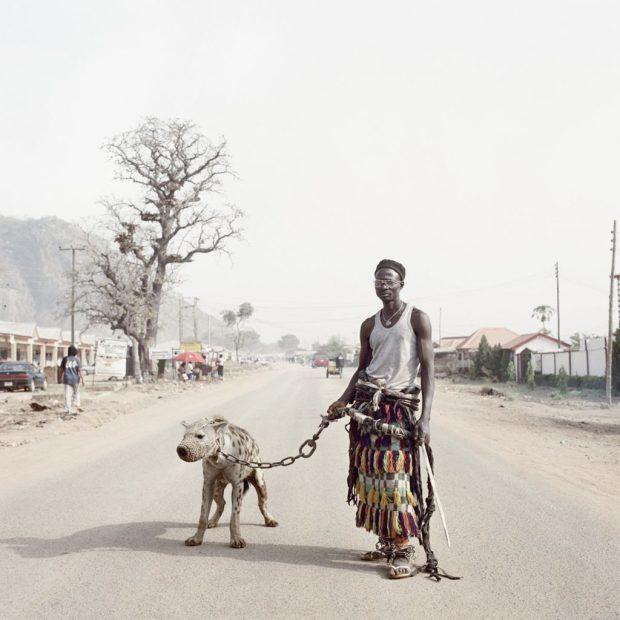 """Питер Хуго . Из серии"""" Гиена и другие люди"""". Малам-Галадима-Ахмаду с Ямисом. Нигерия. 2005 г."""