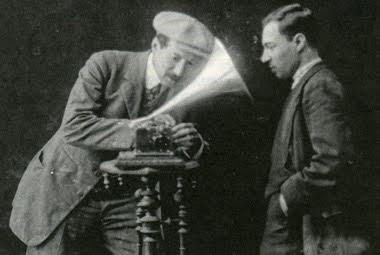 Проверка фонографа. Йоль Энгель слева. Архивное фото