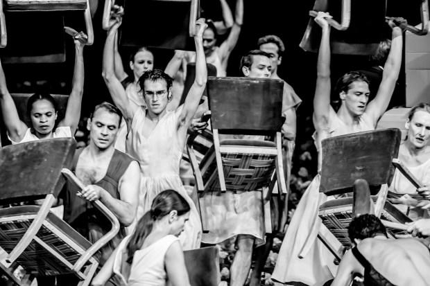 """Гвоздики"" театра танца Пины Бауш. Фото - © Jochen Viehoff"