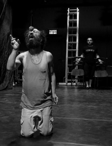 """Сцена из спектакля """"Свободное падение"""". Фото © - Аня Гликман"""