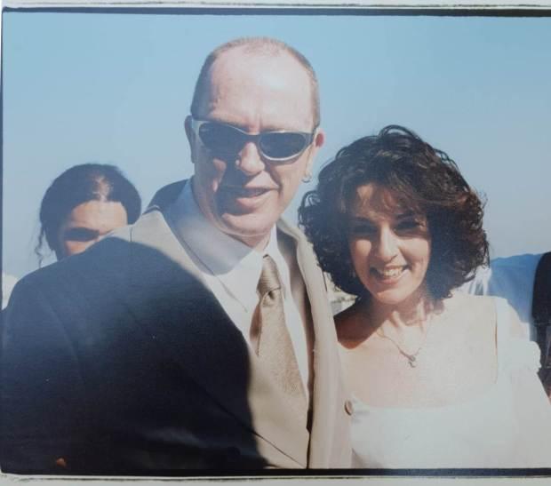 Свадебная фотография Рони и Нили Питерсон.  Предоставлено Нили Питерсон из личного архива