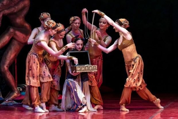 """Сцена из балета """"Шахерезада"""". Фото © Oren Cohen"""