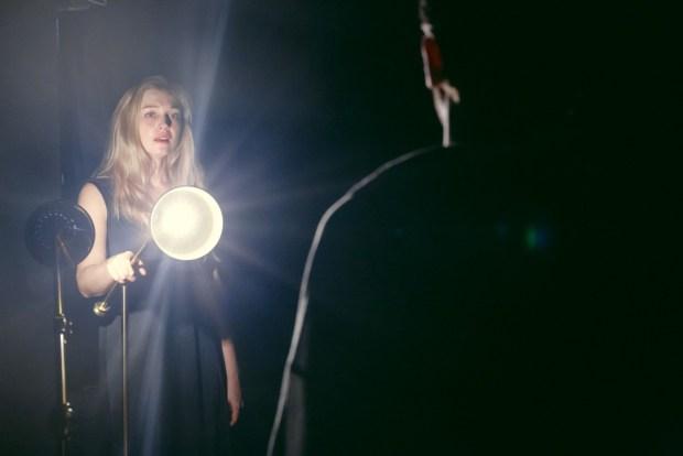 Наталья Гантман в спектакле . Фото - Марк Цо