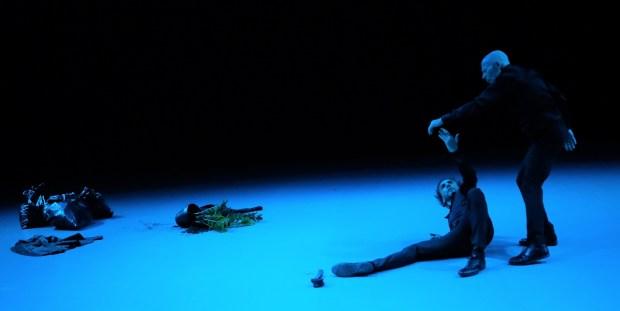 <em><strong>Ансамбль танца «Кайзер - Антонио»</strong>. <strong>«Пока вокруг есть воздух». Фото © Шарон Зиндани</strong> כל עוד יש אויר מסביב - אנסמבל מחול קייזר אנטונינו צלם שרון זינדני</em>