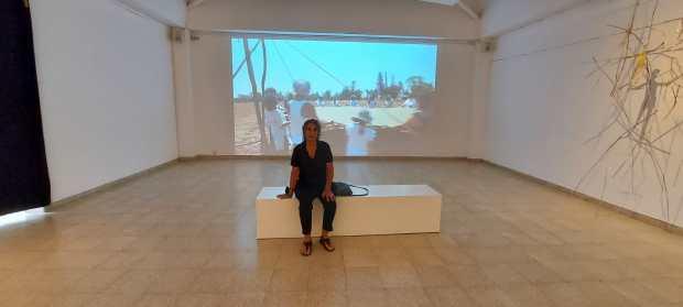 Ноа Раз Меламед на фоне своей работы