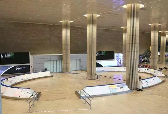 La salle de réception de l'aéroport Ben Gourion est vide de monde // Photo: Coco