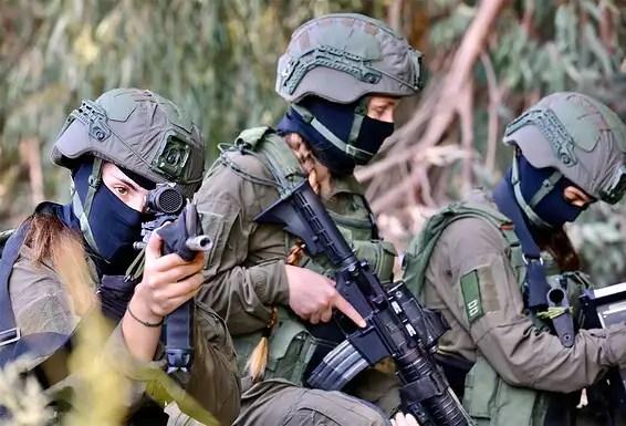 """Les guerriers en formation.  Commandant de l'unité, le lieutenant-colonel D.: """"Au début, leur combinaison était un défi, mais très vite elle s'est mise sur la bonne voie"""" // Photo: Oren Cohen"""
