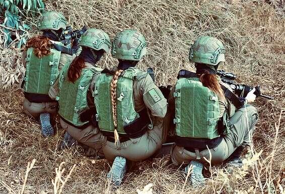 """Dans la formation.  Sergent R.: """"En fin de compte, la base est notre maison. On cuisine ici, on s'entraîne, on fait des exercices. La transition vers l'opération peut se faire en un instant"""" // Photo: Oren Cohen"""