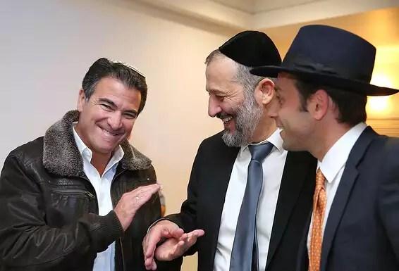 """""""Sens politiques aiguisés.""""  Yossi Cohen avec le président du Shas Aryeh Deri // Photo: Yaakov Cohen"""