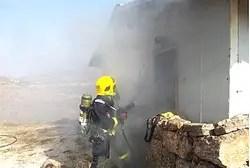 Un bombero que lucha un resplandor