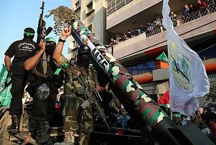 Los terroristas de Hamas con cohetes desfile