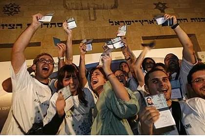 Olim receive their Israeli ID cards