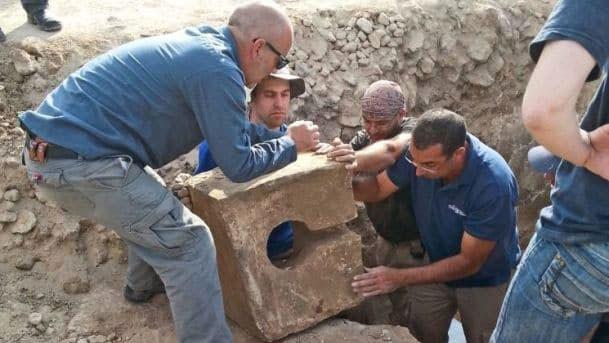 Фотография Игоря Краймермана: извлечение каменного унитаза