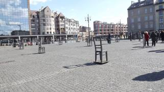 Площадь героев гетто. Это отсюда краковских евреев увозили в Белжец и в Плашув. После каждой акции депортации на площади оставались только вещи - брошенные чемоданы, детские коляски и игрушки, книги, посуда... Эти пустые стулья навсегда напоминают нам о прошлом, когда жизнь обычных вещей была куда длиннее, чем жизнь их хозяе