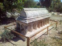 Это надгробие позаимствовано у ранее почившего крестоносца