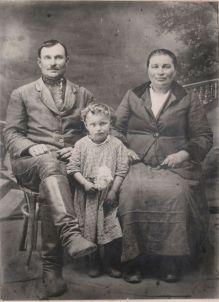 Карп Сергеевич Кацай с женой Евгенией и дочкой Таней. Примерно 1933 год