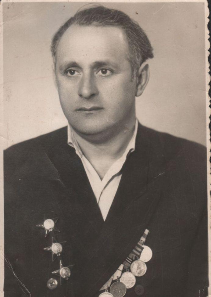 Бывший фронтовой разведчик кавалер трех орденов Красной звезды И.А.Куцик. Фото 1963 года