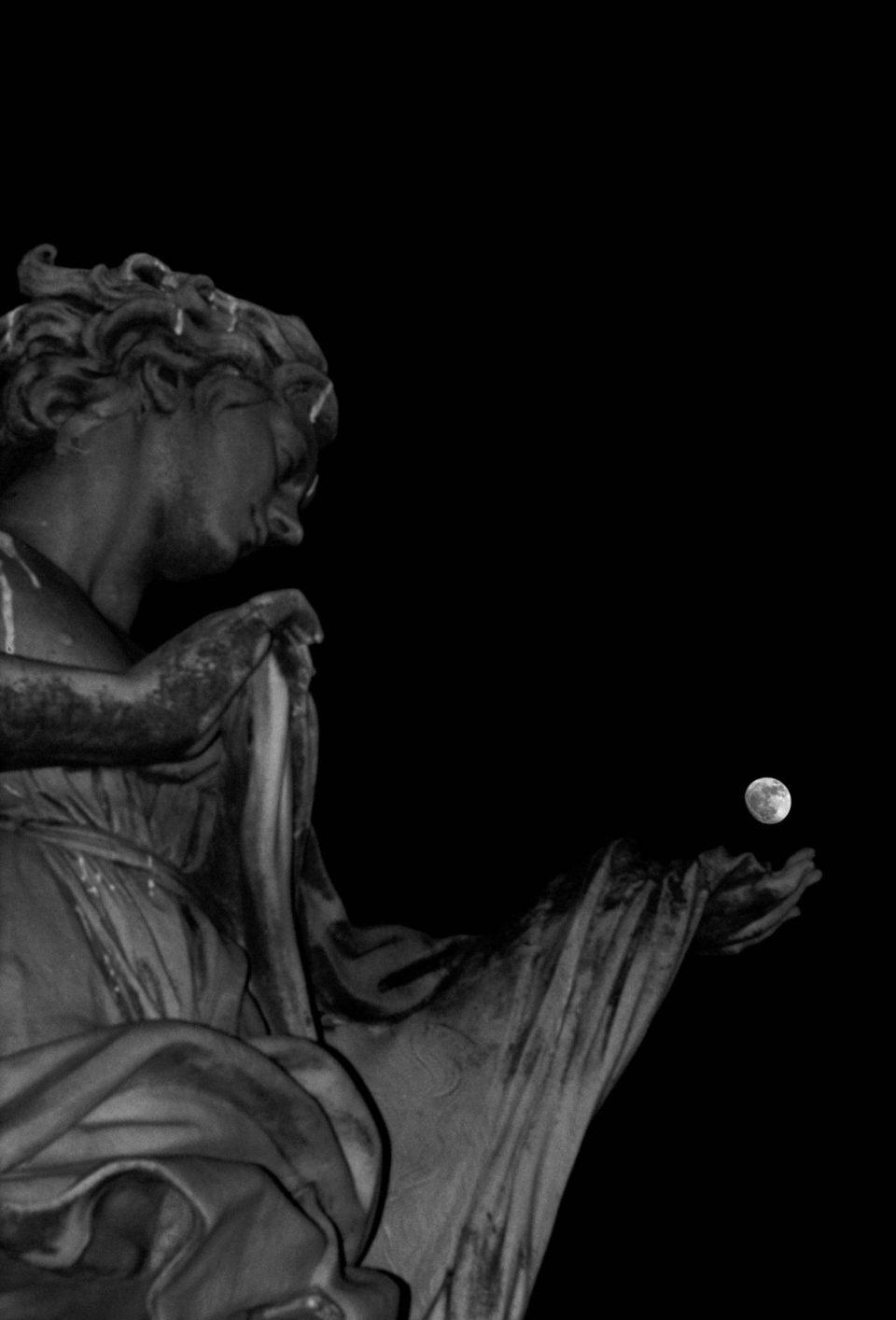Statua - Statua e luna - Roma - Architettura - fotografare l'architettura - fotografare la città - istanti in viaggio - fotografia in viaggio