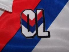 Initialele clubului Olympique Lyon cusute pe tricou