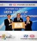 Presedintele Hyundai Motor Company, Steve S Yang, Presedintele UEFA, Michel Platini si Hyoung Keun Lee, presedintele Kia Motors, la semnarea acordului de parteneriat