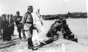Trecerea Tisei. Regele Ferdinand și regina Maria asista la trecerea Armatei Romane peste raul Tisa.