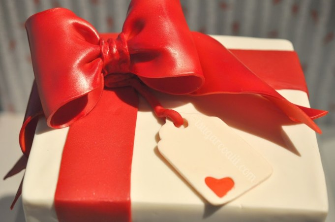 Red Velvet & White Chocolate Gift Cake