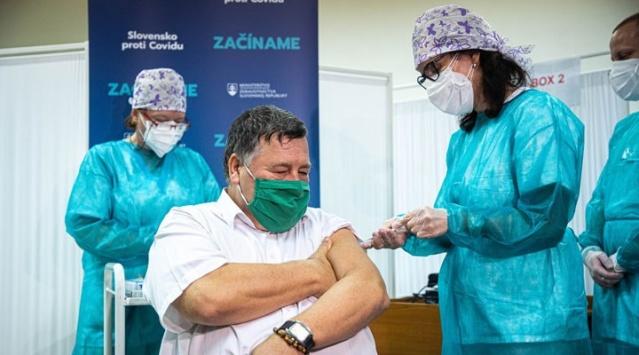 Alman medyasında yer alan haberlerde, yaşlı bakım merkezinde 50 kişiye, Biontech ile Pfizer şirketinin ürettiği aşıdan yapıldığı, bunlardan 10'nun çalışanlar olduğu ifade edildi. Resmi toplu aşılamanın pazar sabahı başladığı Almanya'da 80 yaşın üzerindeki kişiler ile risk altında bulunan hemşire ve hastane personeli aşı önceliğine sahip. Macaristan'da ise başkent Budapeşte'deki bir hastanenin çalışanları aşılanırken, Slovakya'da ise aşıyı ilk yaptıran 60 yaşındaki salgın hastalıklar uzmanı Vladimir Krcmery oldu.