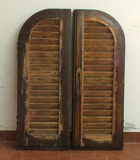 4. Coppia di infissi, lato interno, sverniciatura stecche