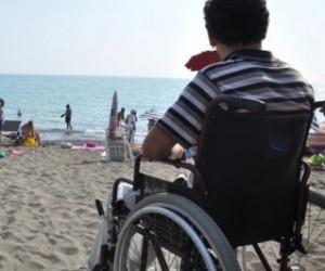 mare per tutti anche in carrozzina 300x250 - Grosseto, ombrelloni e lettini gratis per i disabili