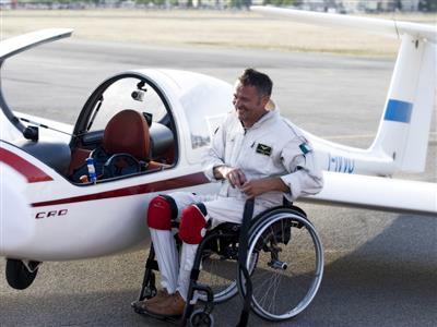 Il volo in aliante di Stefano, primo pilota acrobatico disabile al mondo